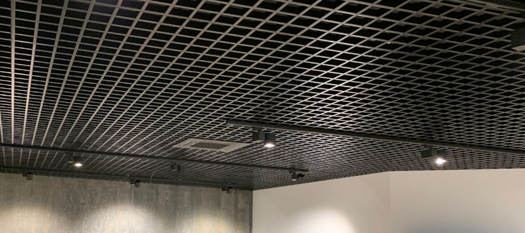 Metalen plafonds in een gebouw
