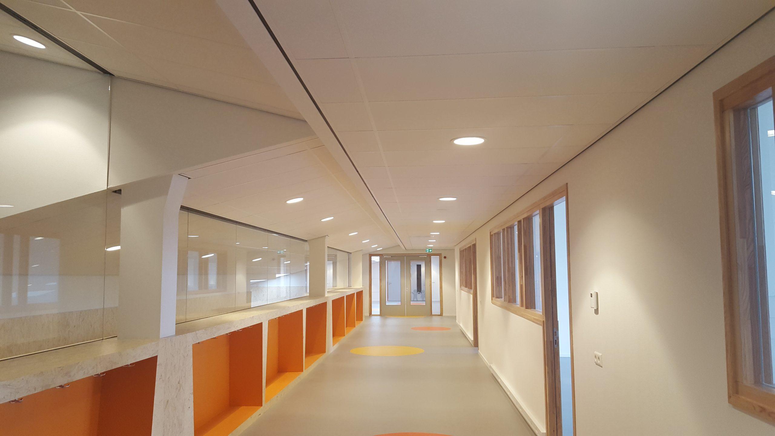 plafonds en wanden in een school