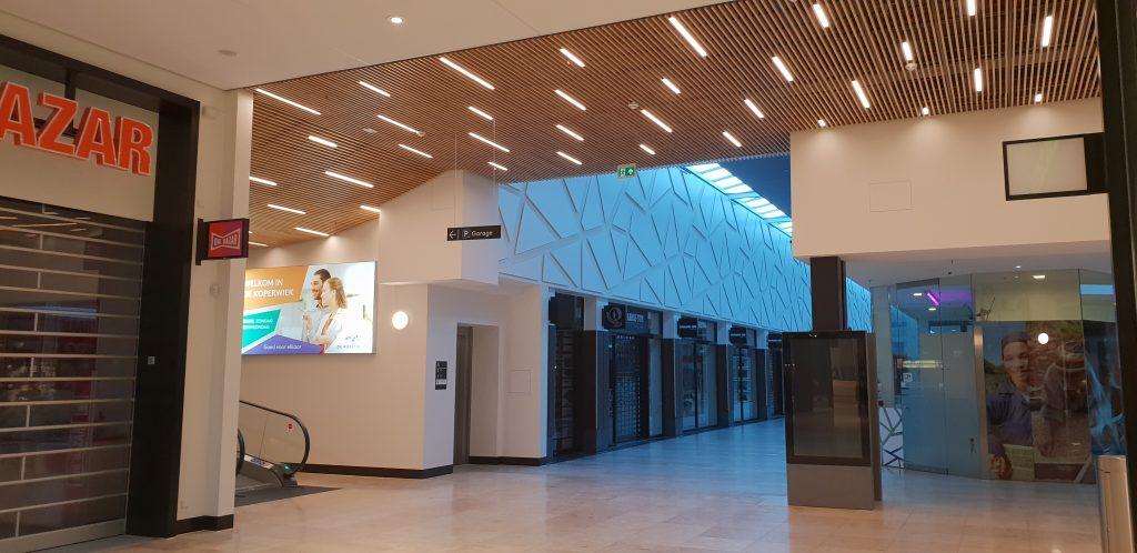 Houten plafonds in een winkelcentrum