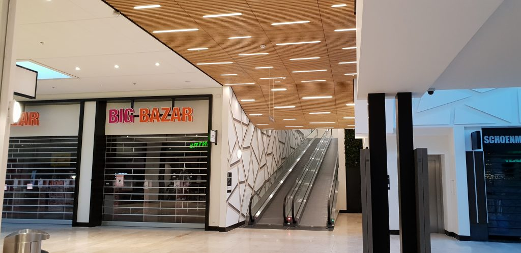 Prachtige houten plafonds in een winkelcentrum