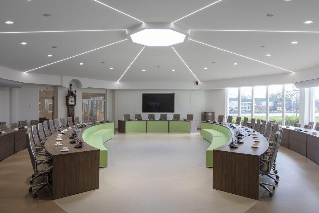 Plafonds, verlichting en wanden in een raadzaal