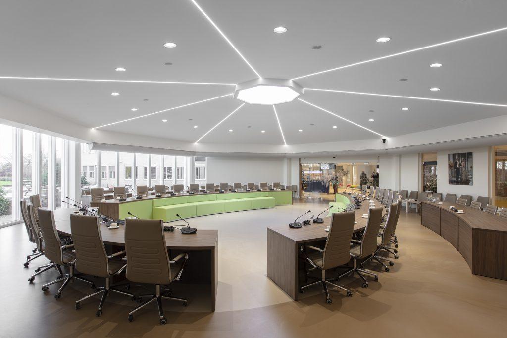 plafonds, wanden en verlichting in een raadzaal