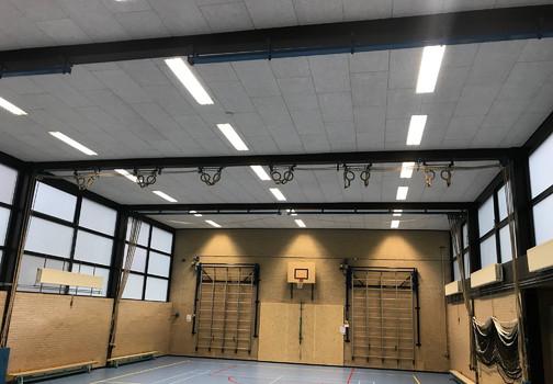 Akoestische plafonds en wanden in een gymzaal
