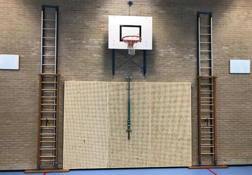 Een akoestische wand in een gymzaal