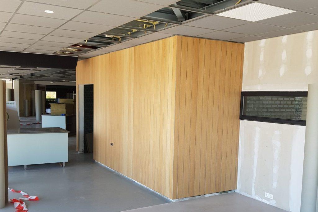 Houten wand gezet door monteurs van Jaleco Totaal Projectafbouw